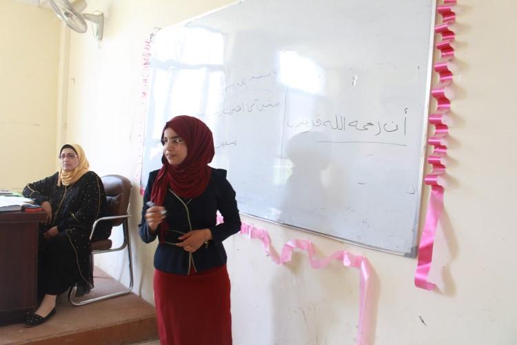 طلبة قسم اللغة العربية يلقون محاضرات في مادة النحو